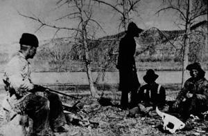 Theodore Rooselvelt vigila a los que le robaron su barca mientras lee 'Anna Karenina'.